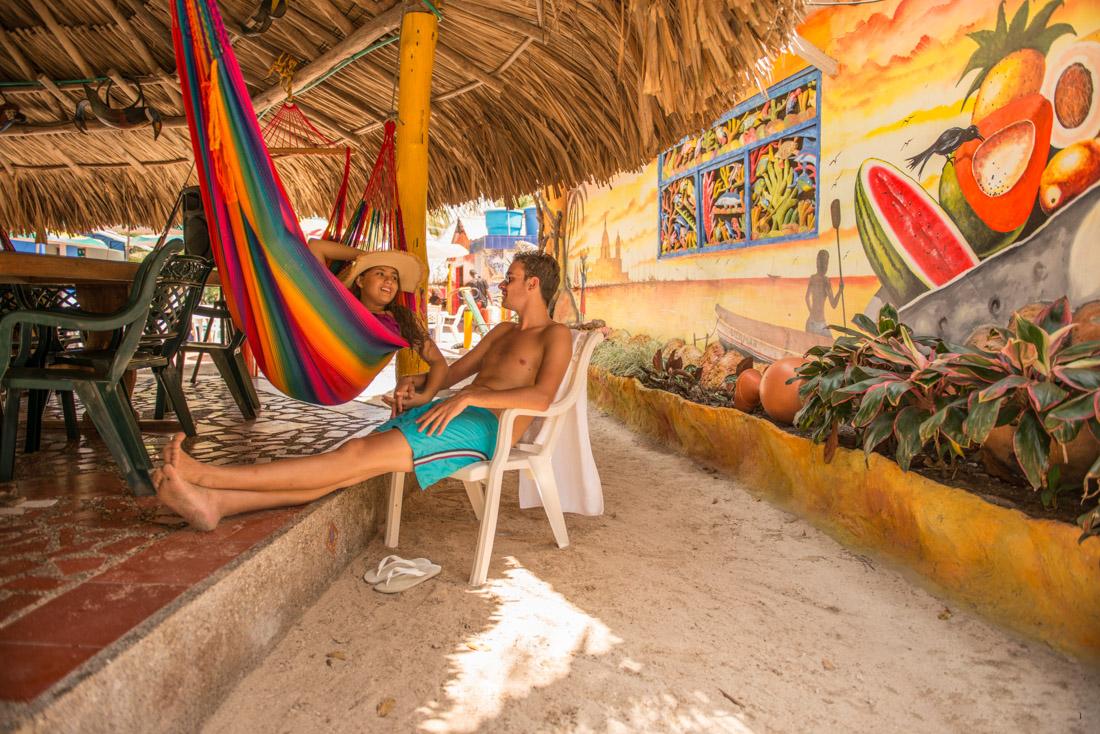 Pareja descansando — Isla Lizamar (Islas del Rosario, Colombia)