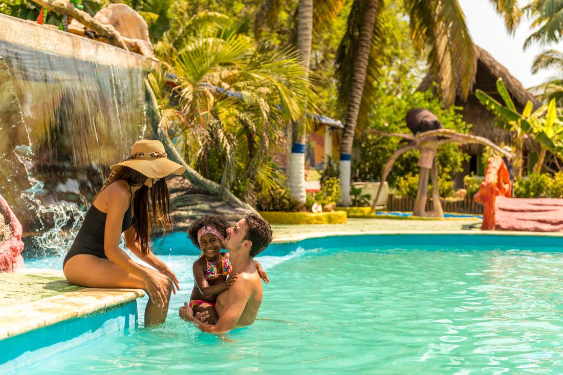 Familia en la piscina — Isla Lizamar (Islas del Rosario, Colombia)