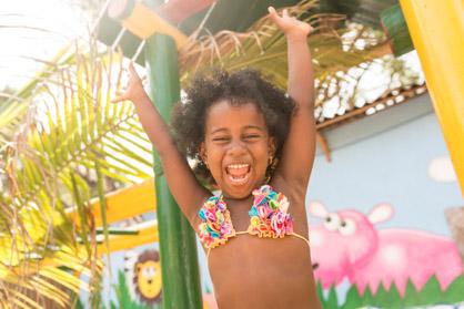 Niños disfrutando en la Isla Lizamar (Islas del Rosario, Colomb