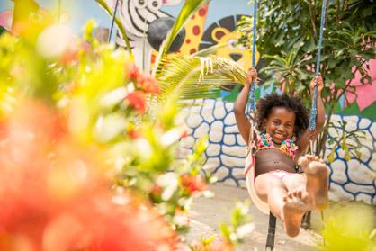 Juegos para niños en la Isla Lizamar (Islas del Rosario, Colomb