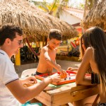 Jugando parqués — Isla Lizamar (Islas del Rosario, Colombia)