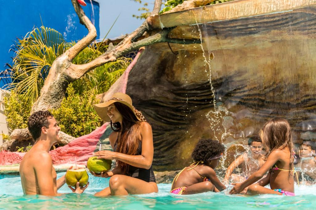 Pareja en la piscina — Isla Lizamar (Islas del Rosario, Colombia)