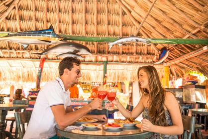 Pareja almorzando en el restaurante — Isla Lizamar (Islas del